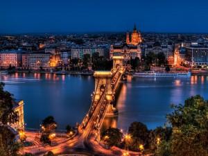 Puente de las Cadenas iluminado (Budapest, Hungría)