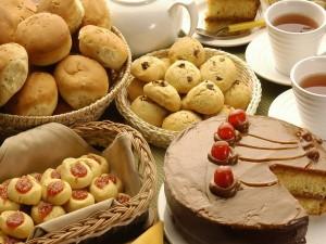 Mesa con galletas, pasteles y tazas de un divino té