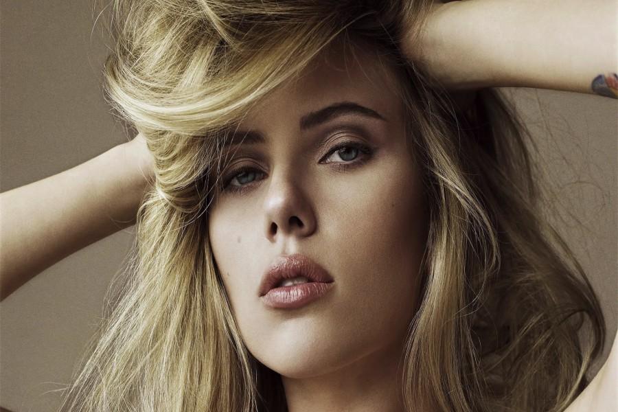 Scarlett Johansson con una  mirada atrapante