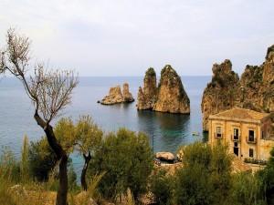 Casas y rocas junto al mar