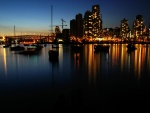 Luces de una ciudad reflejadas en el agua