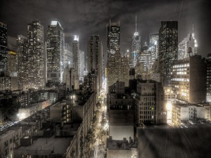 Calle entre los edificios de una ciudad