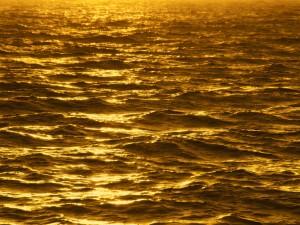 Sol iluminando el mar