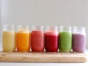 Smoothies de colores en tarros de cristal