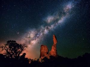 Vía Láctea sobre unas rocas