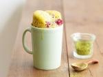 Mug cake con frambuesas y té matcha
