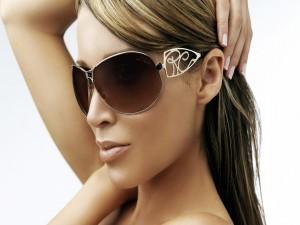 La actriz y cantante Dannii Minogue con gafas para el  sol