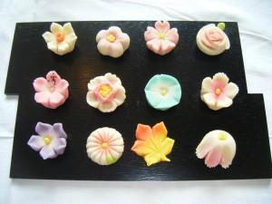 Dulces tradicionales japoneses en una bandeja