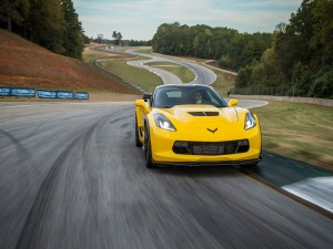Chevrolet Corvette Z06 amarillo en un circuito
