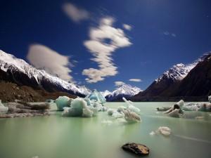 Trozos de hielo en el lago