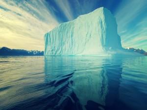 Gran iceberg reflejado en el agua