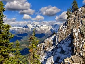 Las sombras de las nubes sobre el valle y las montañas