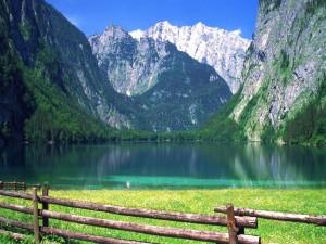 Lago a los pies de las montañas