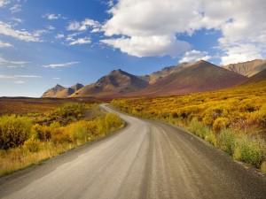 Carretera hacia unas montañas
