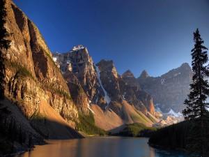 Río a los pies de las montañas