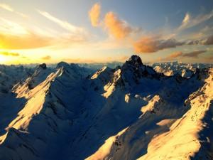 Montañas nevadas iluminadas por el sol