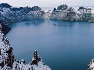 Lago rodeado por montañas blancas