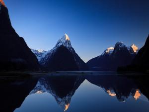 Montañas reflejadas en el lago