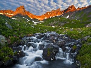 Río fluyendo entre montañas