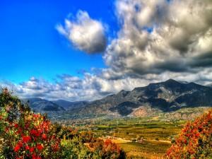 Nubes sobre el valle y las montañas