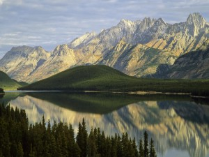 Cadena montañosa junto a un lago