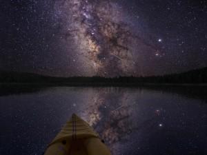 Vía Láctea reflejada en el lago