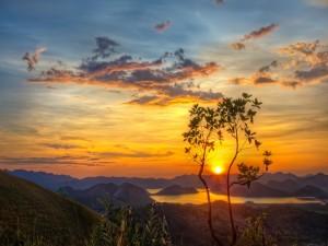 Bonito amanecer sobre las montañas
