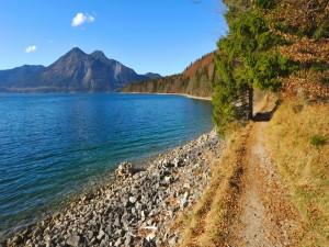 Senda junto al lago