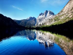 El reflejo de unas montañas en el lago