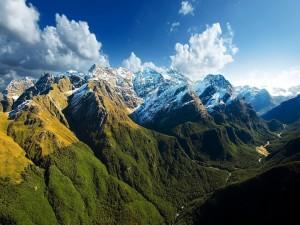 Montañas verdes con nieve en sus cimas