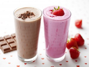 Un smoothie de chocolate y otro de fresas