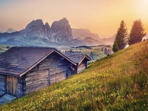 Cabañas de madera en la ladera de una montaña