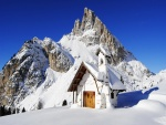 Capilla cubierta de nieve