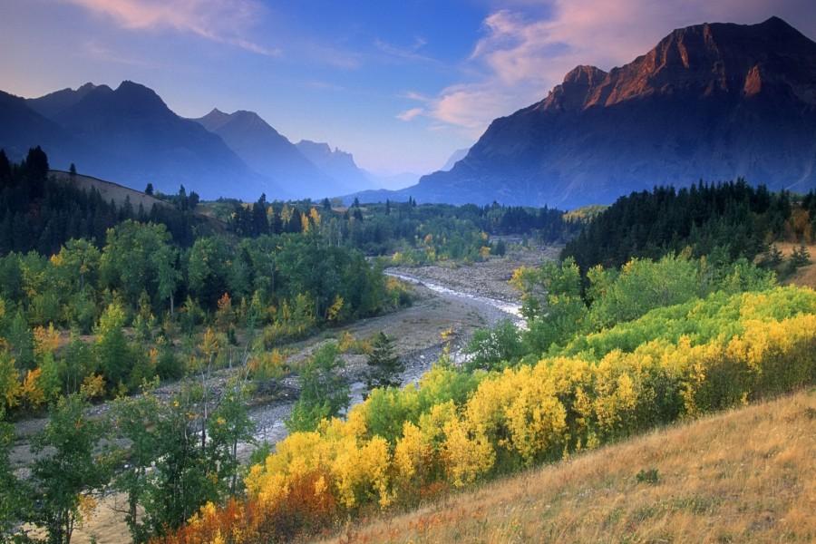Cauce de un río en el valle