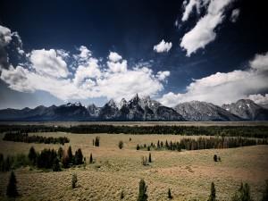 Gran valle bajo las montañas