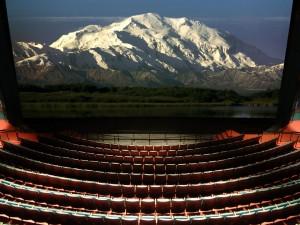 Montaña nevada en la pantalla un cine