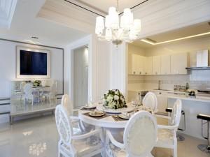Elegante cocina en tonos blancos