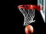 Pelota pasando por el anillo de basket