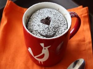 Un rico mug cake de chocolate