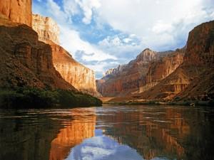 Cauce de un río entre el cañón