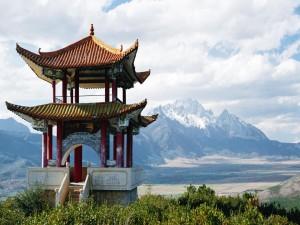 Pagoda China frente a las montañas