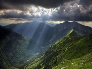 Rayos de sol iluminando las montañas