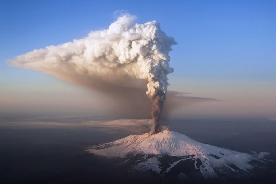 El volcán Etna echando humo