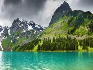 Nubes grises sobre las montañas y el lago