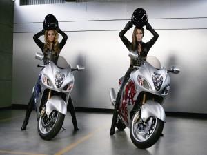 Beyoncé y Jennifer Lopez sobre unas bonitas motos