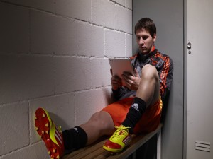 Lionel Messi mirando una tablet