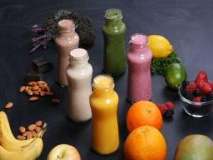 Smoothies de varios sabores en unas botellas