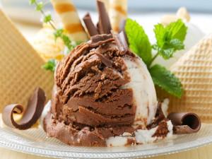 Un rico helado de chocolate y nata
