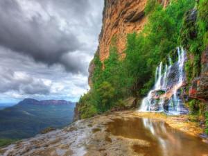Cascada en la pared de la montaña
