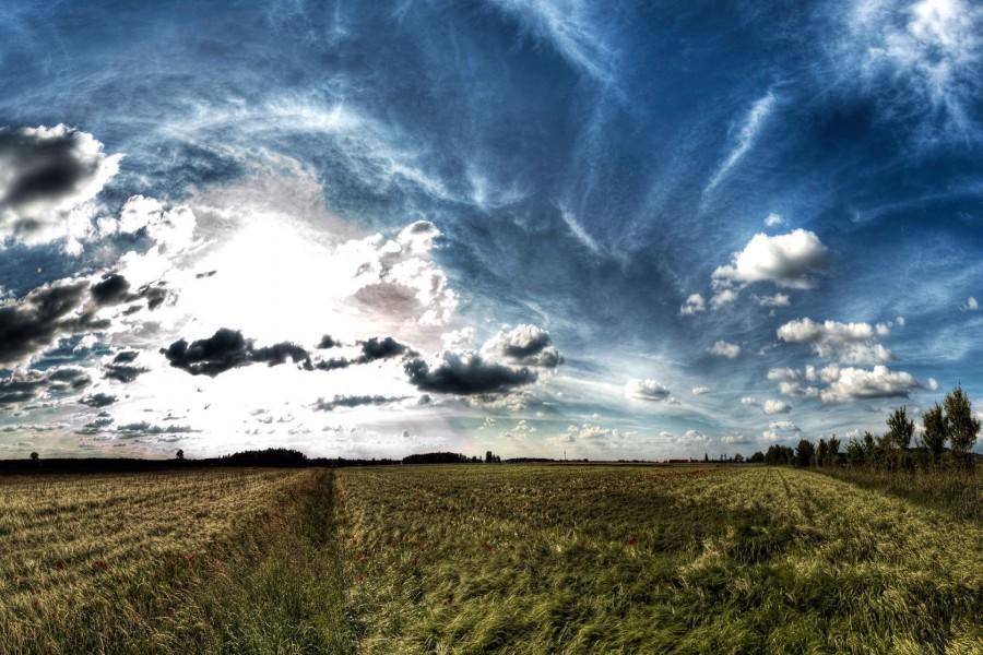 Cielo nuboso sobre el campo